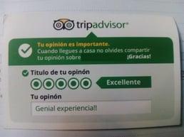 Ejemplo de mensaje insertado en una tarjeta de visita que anima al cliente a mejorar la reputación online de un hotel mediante valoración psitiva en Tripadvisor